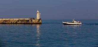 kryssningskeppet går tillbaka till hamnen arkivbilder