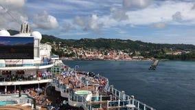 Kryssningskeppet lämnar karibisk port lager videofilmer