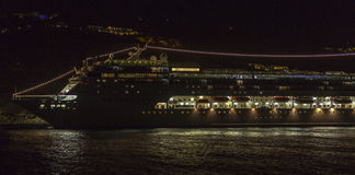 Kryssningslinje på natten arkivfoto