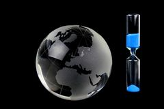 Krystaliczna kula ziemska i hourglass Obraz Royalty Free