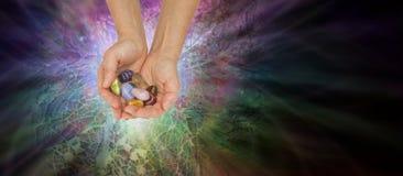 Krystaliczna uzdrowiciel ofiara Ustawiająca Chakra kryształy zdjęcie stock