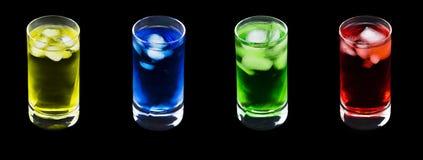 4 Krystalicznego szkła z 4 Różnymi Coloured zimno napojami Zdjęcia Stock