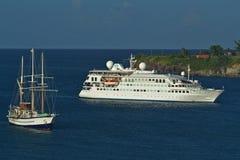 Krystaliczny Esprit statek wycieczkowy zakotwiczał out z skunerem Sagitta Zdjęcie Stock
