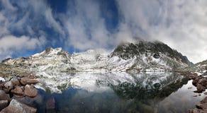 Krystaliczny jezioro w skalistych górach Obrazy Royalty Free