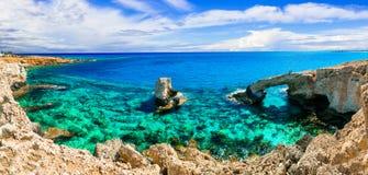 Krystaliczny morze Cypr łękowata most skała w Agia Napa obrazy stock