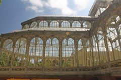 Krystaliczny pałac, piękna budowa po środku parka Fotografia Royalty Free
