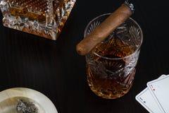 Krystaliczny szkło whisky i cygaro Zdjęcie Royalty Free