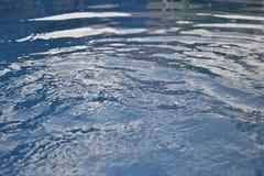 Kryształ - jasna woda w ogrodowym pływackim basenie Obraz Stock