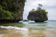 Kryształ - jasna wody morskiej, przyjemnej i ciemniutkiej atmosfera przy Phak Bia wyspą, Ao Luek okręg, Krabi, Tajlandia Fotografia Royalty Free