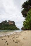 Kryształ - jasna wody morskiej, przyjemnej i ciemniutkiej atmosfera przy Phak Bia wyspą, Ao Luek okręg, Krabi, Tajlandia Obrazy Royalty Free
