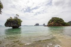 Kryształ - jasna wody morskiej, przyjemnej i ciemniutkiej atmosfera przy Phak Bia wyspą, Ao Luek okręg, Krabi, Tajlandia Obraz Stock