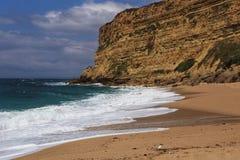 - kryształ jasny i dziki nawadnia w Praia da Foz, Sesimbra, Portugalia fotografia stock