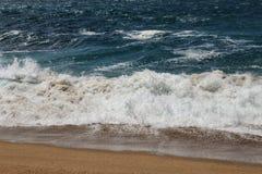 - kryształ jasny i dziki nawadnia w Praia da Foz, Sesimbra, Portugalia zdjęcie stock