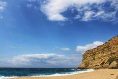 - kryształ jasny i dziki nawadnia w Praia da Foz, Sesimbra, Portugalia obrazy stock