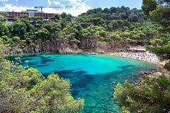 Kryształ nawadnia blisko do pięknej plaży Aiguablava w Begur wiosce, morze śródziemnomorskie, Catalonia, Hiszpania Obraz Stock
