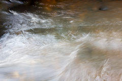 Kryształ wody powierzchnia w strumieniu dla natury miękkiej części bluured backgrou Zdjęcie Stock
