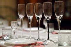 Kryształ wystawiający z rzędu na stole Zdjęcie Royalty Free