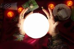 Kryształowa kula i ręka pomyślność narratora kobieta Zdjęcie Royalty Free