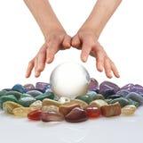 Kryształowa kula, leczniczy kryształy i psychiczne ręki, fotografia royalty free