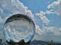 Kryształowa kula odbija miasta niebo, piękne chmury zdjęcie royalty free