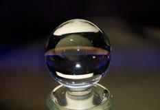Kryształowa kula, z odbiciami w kolorach, przyznaje tekst obrazy royalty free