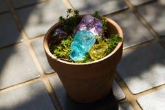 Kryształu kamień w zielony plenerowym Fotografia Stock