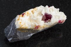 Kryształ cynober w surowym Carbonatite na zmroku Zdjęcie Stock
