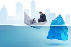 Kryzysu gospodarczego pojęcie z biznesmenem w słabnięcie papieru łodzi Fotografia Royalty Free