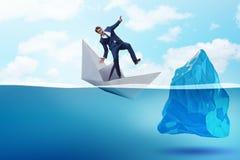 Kryzysu gospodarczego pojęcie z biznesmenem w słabnięcie papieru łodzi Zdjęcie Royalty Free