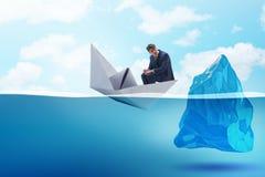 Kryzysu gospodarczego pojęcie z biznesmenem w słabnięcie papieru łodzi Fotografia Stock