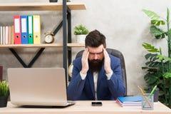 Kryzysu problem Biznesmen w formalnym stroju Ufny mężczyzna używa laptop i smartphone Szef miejsce pracy Brodaty mężczyzna wewnąt zdjęcie stock