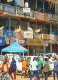 Krzątać się tłoczy się wśród sklepów w głównym skrzyżowaniu w centrum Kigali w Rwanda obrazy stock