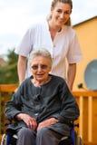 krzesła żeńskiej pielęgniarki starsi koła potomstwa Zdjęcie Royalty Free