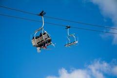 Krzesła dźwignięcia z niebem i chmurami Zdjęcie Stock
