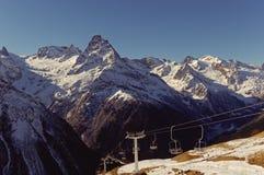 Krzesła dźwignięcie i Belalakaya szczyt Główna Kaukaska grań Dombai, Karachay-Cherkessia, Rosja Zdjęcia Stock