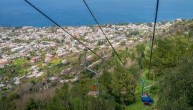 Krzesła dźwignięcie jedzie wysoki punkt Monte Solaro góra obraz stock