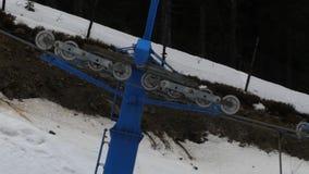 Krzesła dźwignięcie na ośrodek narciarski Odtransportowywać ludzi wierzchołek góra zbiory wideo