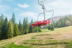Krzesła dźwignięcie na tle zielony iglasty las obrazy royalty free