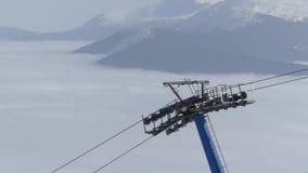 Krzesła dźwignięcie na wierzchołku góra Piękny widok na tle zdjęcie wideo