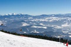 Krzesła dźwignięcie na wierzchołku narciarski skłon narciarstwo park Kubinska Hola w zimie Obraz Stock