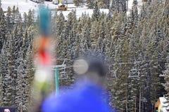 Krzesła dźwignięcie przy górą z zamazaną narciarką Zdjęcia Stock