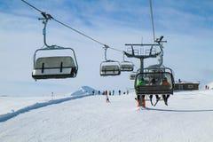 Krzesła dźwignięcie z Trzy narciarkami zdjęcia stock