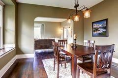 krzesła drzwi wejścia domu wewnętrzna nowożytna czerwień Łomotać teren Obrazy Stock