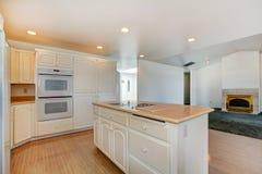 krzesła drzwi wejścia domu wewnętrzna nowożytna czerwień Biały kuchenny pokój Obrazy Stock