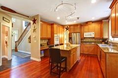 krzesła drzwi wejścia domu wewnętrzna nowożytna czerwień Elegancki kuchenny izbowy wnętrze Zdjęcie Royalty Free
