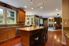 krzesła drzwi wejścia domu wewnętrzna nowożytna czerwień Elegancki kuchenny izbowy wnętrze Obraz Royalty Free