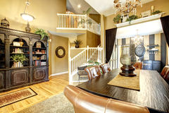 krzesła drzwi wejścia domu wewnętrzna nowożytna czerwień Jadalnia z wino degustaci terenem Zdjęcia Royalty Free