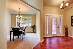 krzesła drzwi wejścia domu wewnętrzna nowożytna czerwień otwarte plan piętra Obrazy Royalty Free