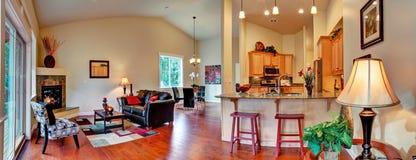 krzesła drzwi wejścia domu wewnętrzna nowożytna czerwień Otwarty podłogowego planu panoramiczny widok Zdjęcie Royalty Free