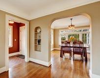 krzesła drzwi wejścia domu wewnętrzna nowożytna czerwień Widok łomotać teren wejściową sala Zdjęcia Stock